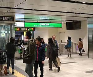仙台駅東口改札で待ち合わせするのはPCMAXでアポった童顔女子